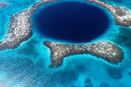 Das Great Blue Hole in Belize zählt seit Jahren zu den besten Tauchrevieren der Welt.